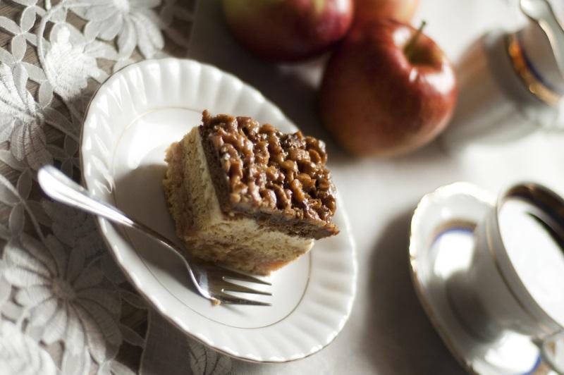 Orzechowiec z jabłami i kremem waniliowym