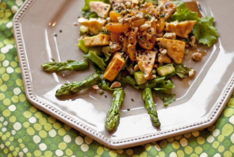 Sałatka z grillowanym tofu, szparagami i morelami