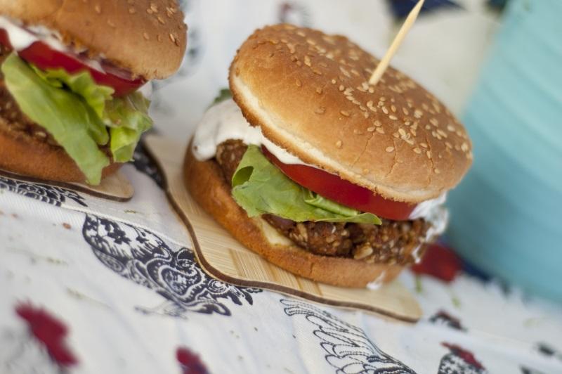 wegetariańskie burgery z kaszy jaglanej i marchewki