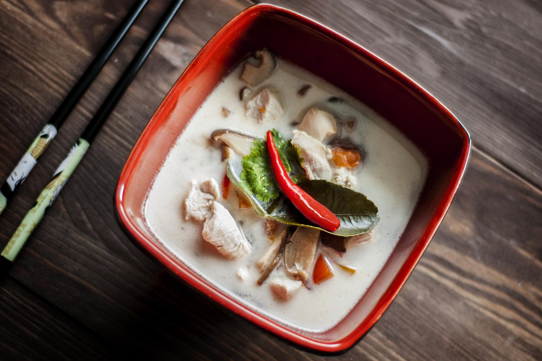 tajska zupa z kurczakiem i mlekiem kokosowym tom kha gai